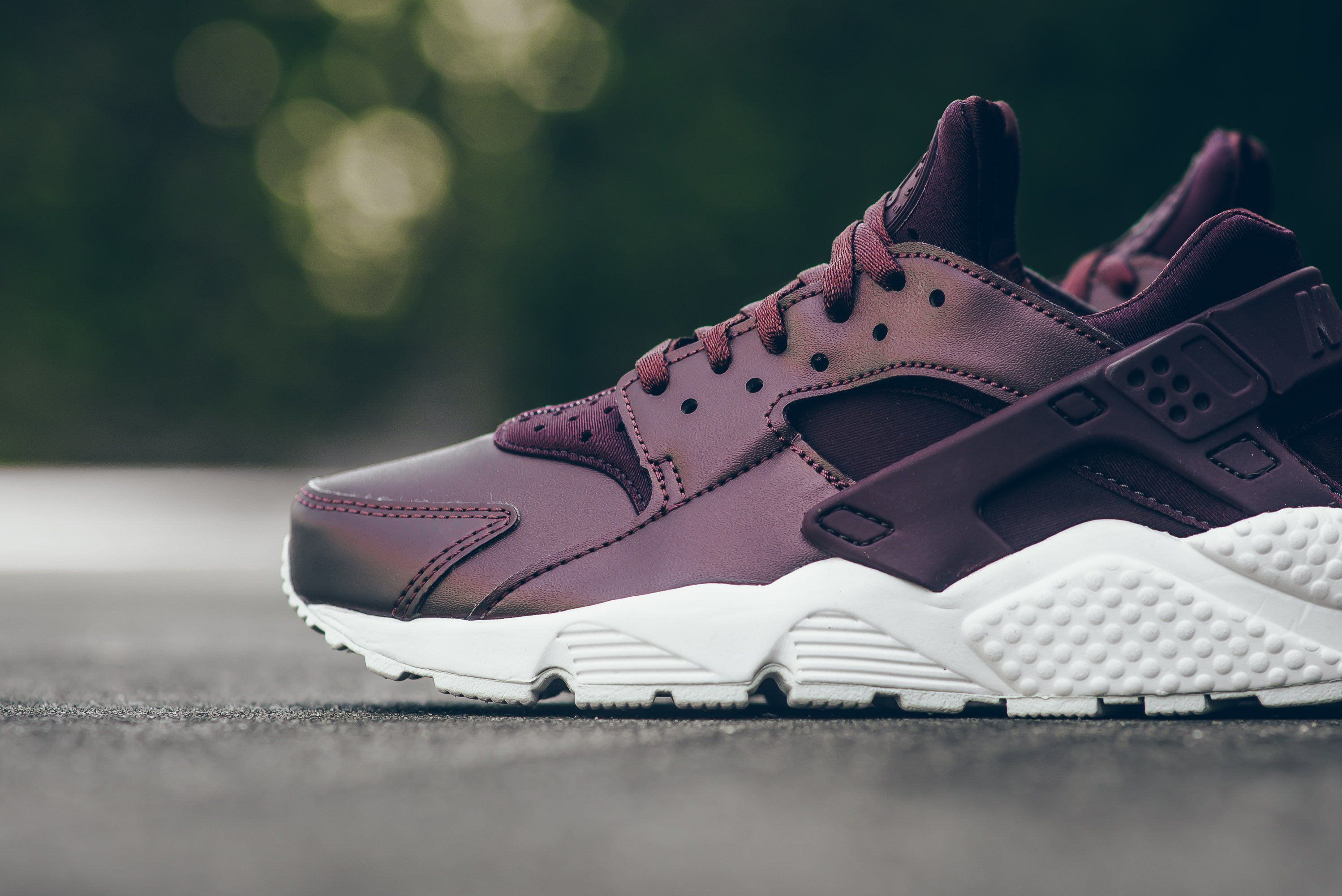 Nike-Air-Huarache-Metallic-Mahogany-2