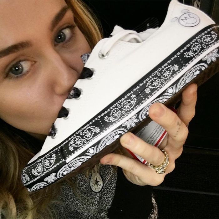 MYLEY-CYRUS-CONVERSE-CHUCK-TAYLOR-ALL-STAR-SNEAKER-FREAKER-8