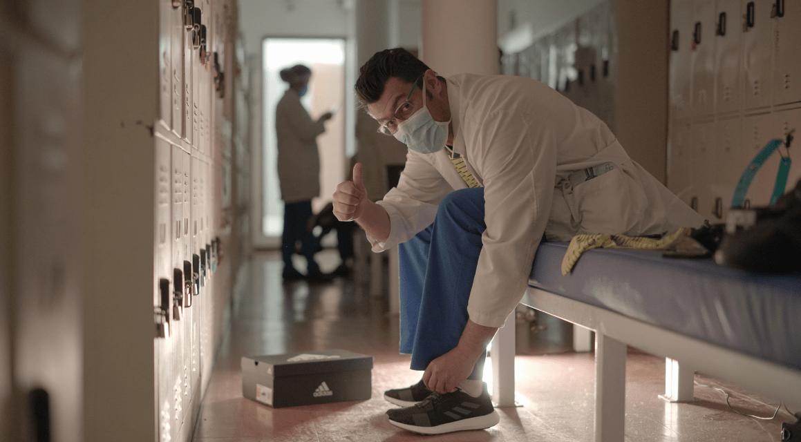 La Federación Colombiana de Fútbol y adidas donan 1.000 pares de tenis a personal médico que atiende la emergencia COVID19 en el país